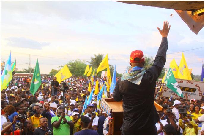 EN CAMPAGNE DANS LA PROVINCE DU KWANGO SHADARY S'OFFRE UN BAIN DE FOULE SUR 7 KMS À KENGE