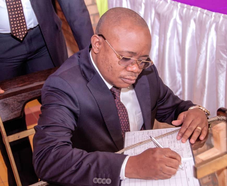 ESU/Kinshasa : Le Professeur Dr Félix Momat Kitenge rend un dernier  hommage au Père Léon de Saint Moulin.