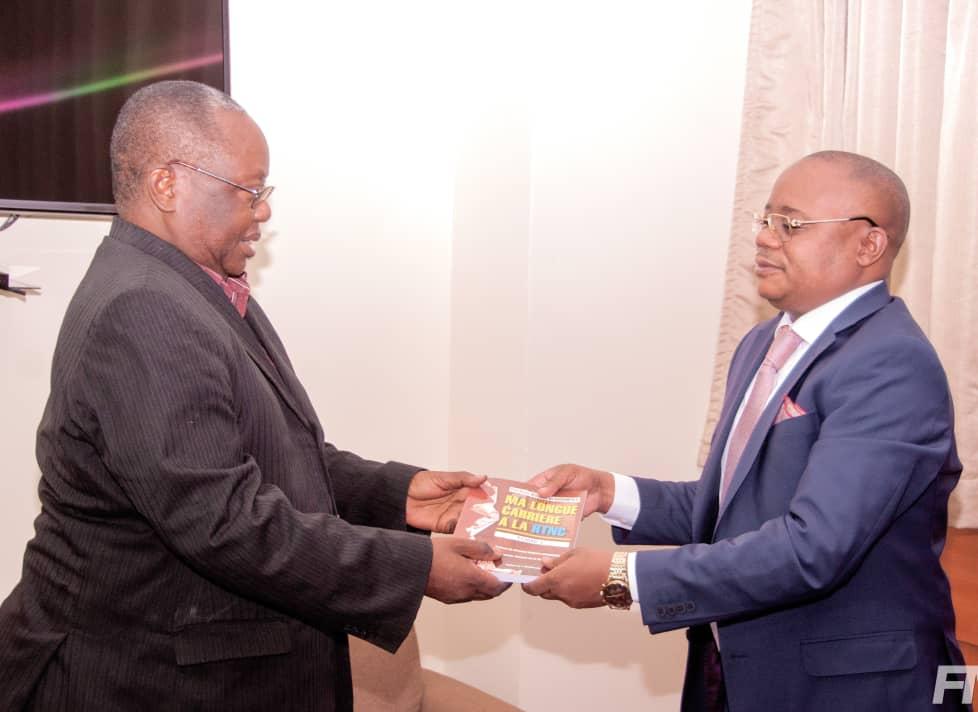 Culture/ Littérature : Le Professeur Félix Momat reçoit l'ouvrage de Mikombe wa Kashimpolo
