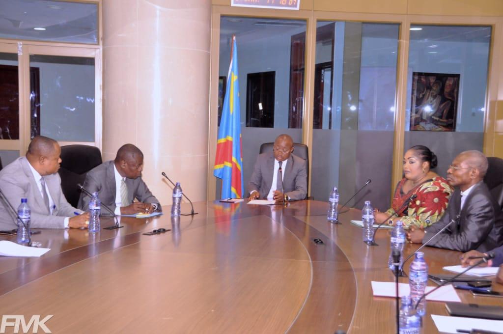 Le Vice-Ministre du budget son Excellence Félix MOMAT s'entretient avec les responsables de Akhenoton Polyclinique.