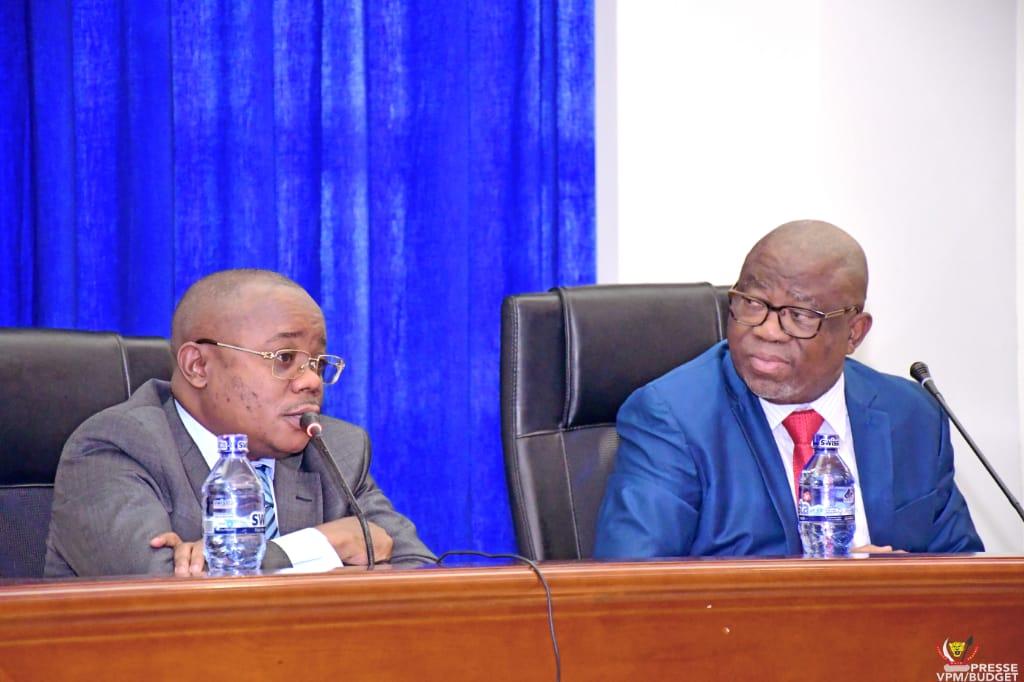 Ministère du budget/Problématique de la mobilisation des recettes publiques  : Jean-Baudouin Mayo échange avec les responsables des services d'assiette de différents services publics.