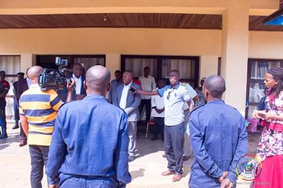 Maniema/Kindu : Auguy Musafiri met à la disposition  de la justice militaire deux policiers présumés bandits.