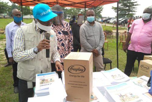 Kinshasa/Gouvernement provincial : 300 familles bénéficient d'un don des radios et des matériels didactiques pour les élèves.