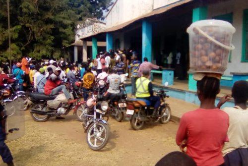 Tanganyika/Kongolo : A l'unisson, les motocyclistes rangés derrière Zoé Kabila Mwanzambala.